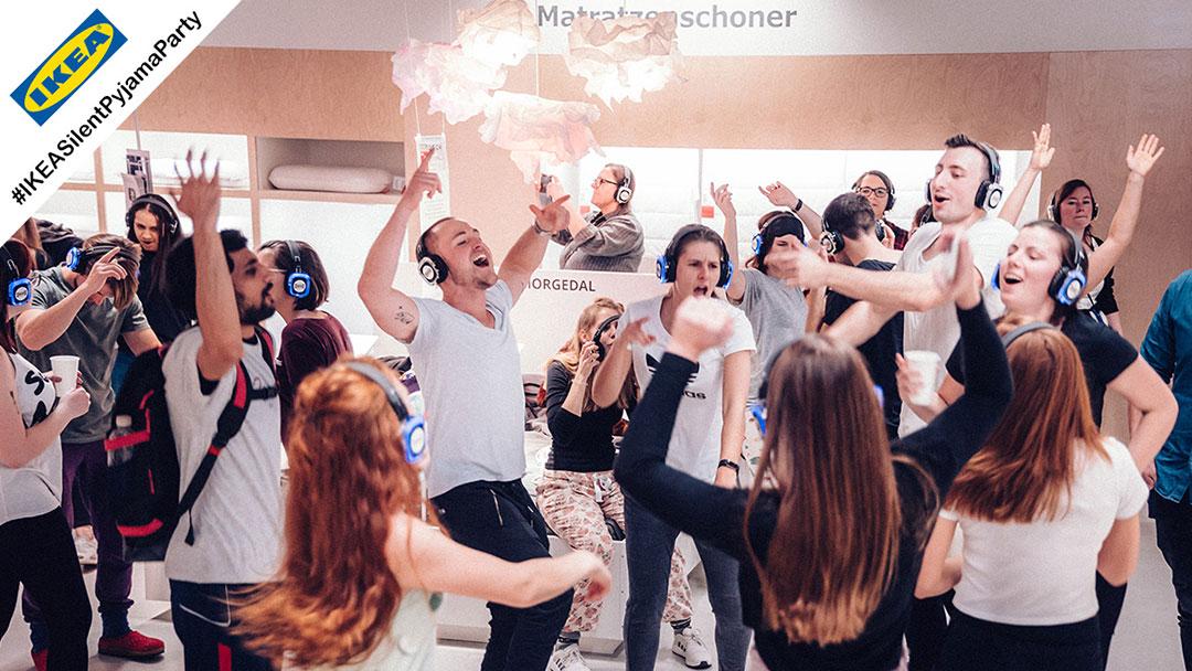 Menschen singen mit bei IKEA silent party
