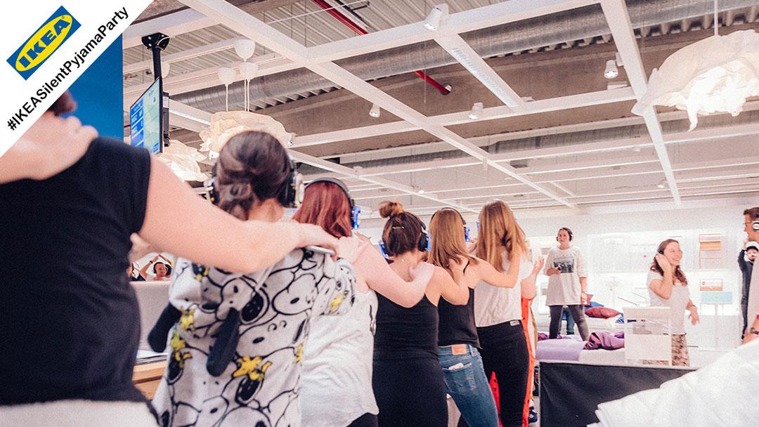 Menschen tanzen Polonäse bei Silent Disco Party bei Ikea