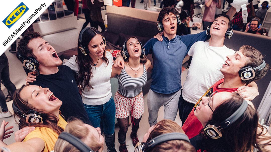 Gruppe junger Menschen singt Angels bei Ikea Silent Pyjama Party