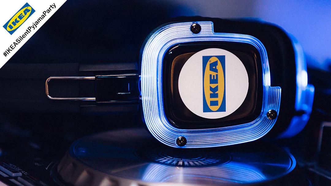 Silent Disco Kopfhörer mit IKEA Logo und blauem Licht