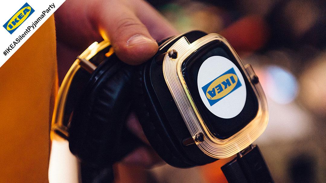 Silent Disco Kopfhörer mit IKEA Logo leuchtet gelb