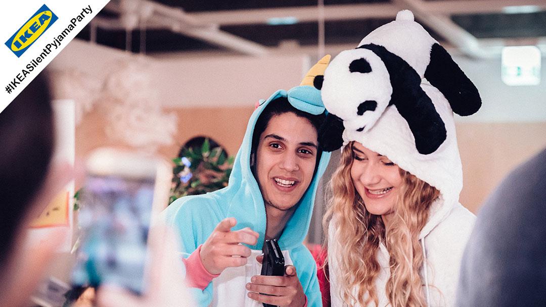 Mädchen und Junge in One Piece bei Silent Disco Pyjama Party Ikea