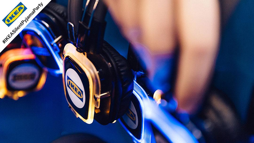 Silent Disco Kopfhörer mit IKEA Logo leuchten blau und gelb