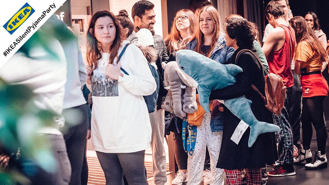 IKEA Silent Disco Pyjama Party Schlange an der Kopfhörer Ausgabe
