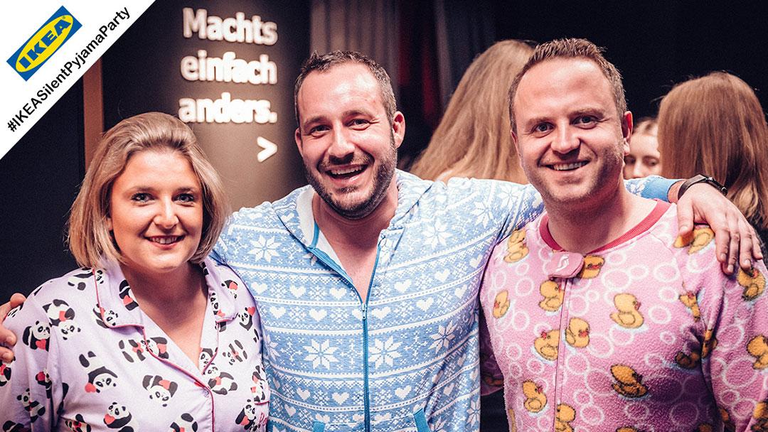 Gruppe mit Pyjamas ist fröhlich bei Ikea Silent Disco Party