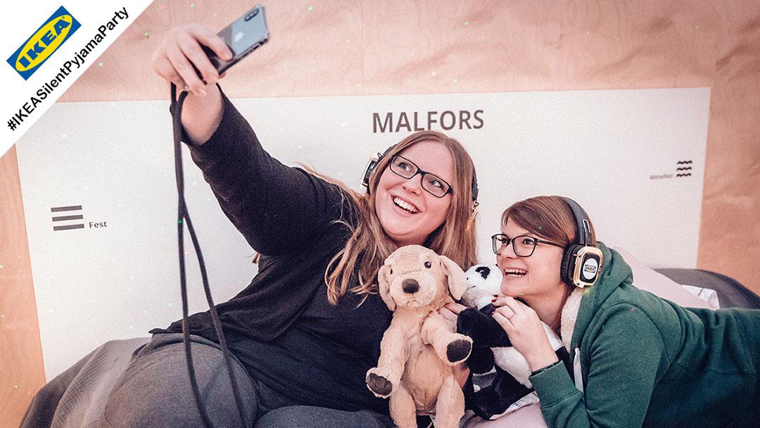Mädchen auf Bett bei Ikea Silent Disco Party machen Selfie