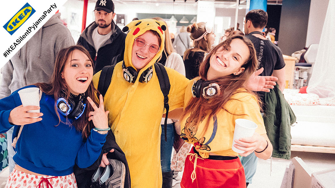 Junge Menschen im Pyjama bei IKEA Silent Disco Party