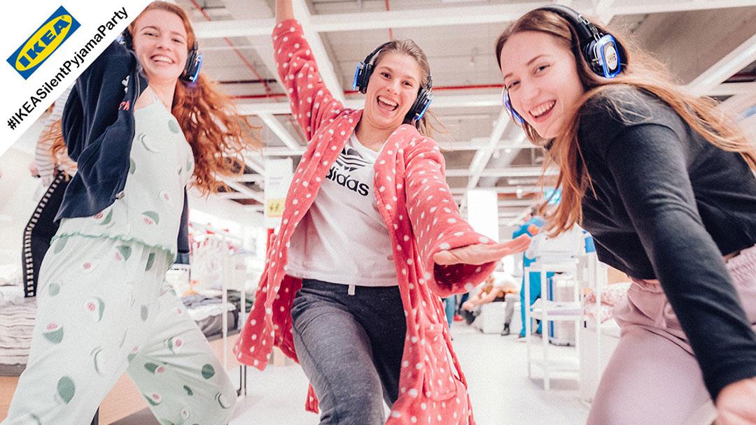 Junge Menschen im Pyjama bei IKEA Silent Disco Party tanzen