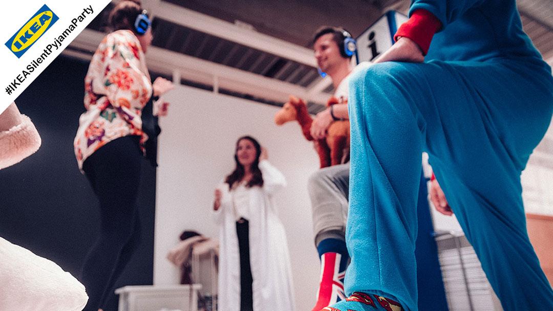 Junge Menschen im Pyjama bei IKEA Silent Disco Party sind fröhlich