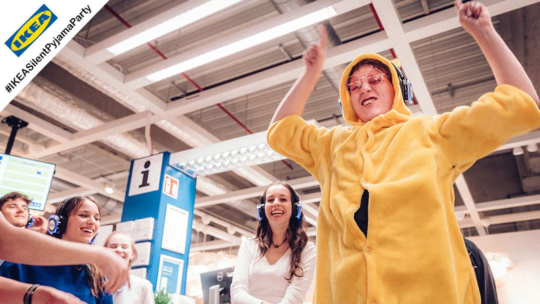 Junge Menschen im Pyjama bei IKEA Silent Disco Party sind gut drauf