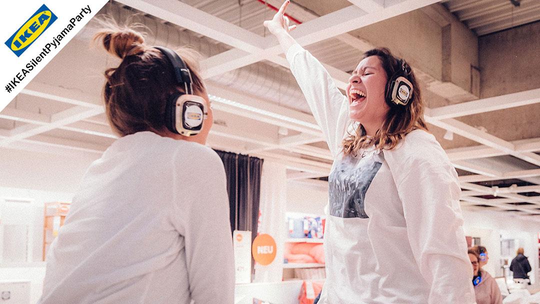 Zwei Mädchen im Pyjama bei IKEA Silent Disco Party singen