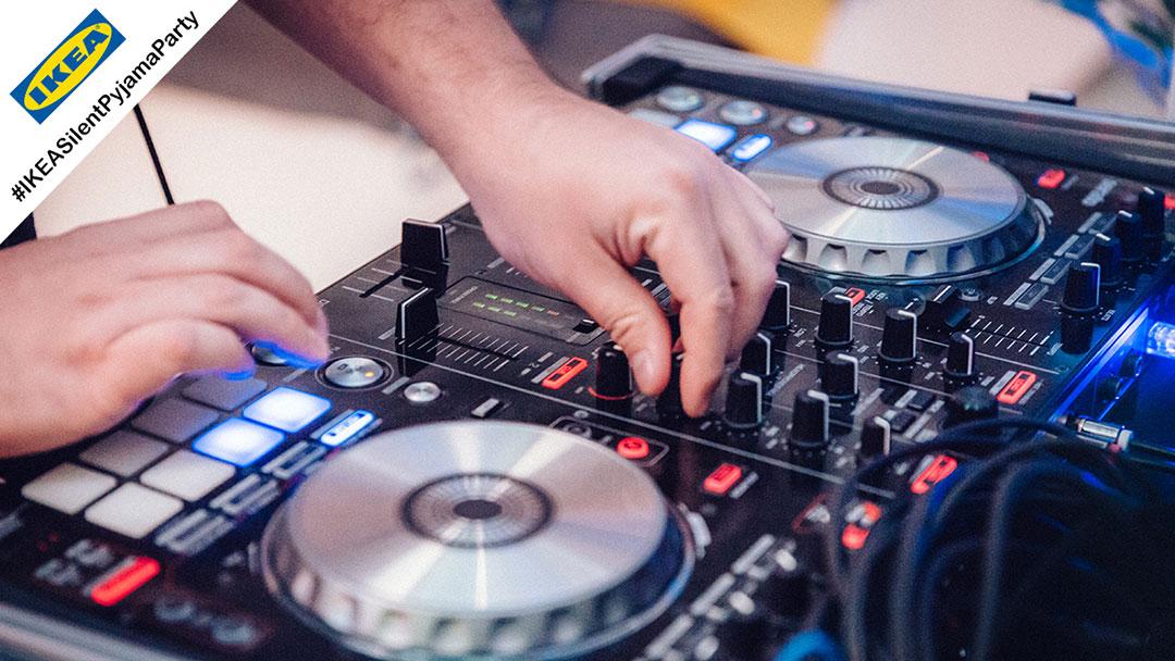 DJ legt auf bei Silent Disco Party bei Ikea