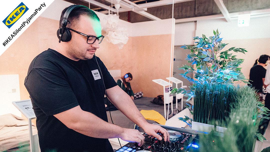 DJ spielt Musik bei Silent Disco Ikea Party
