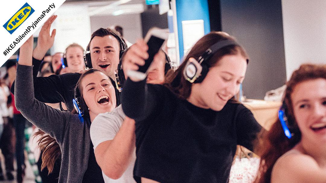 Menschen machen Polonäse bei Silent Disco Party bei Ikea