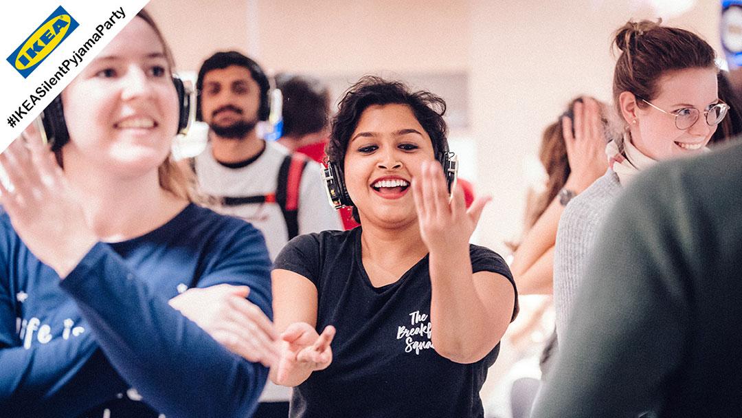 Junge Menschen tanzen Macarena bei Ikea Silent Disco Party