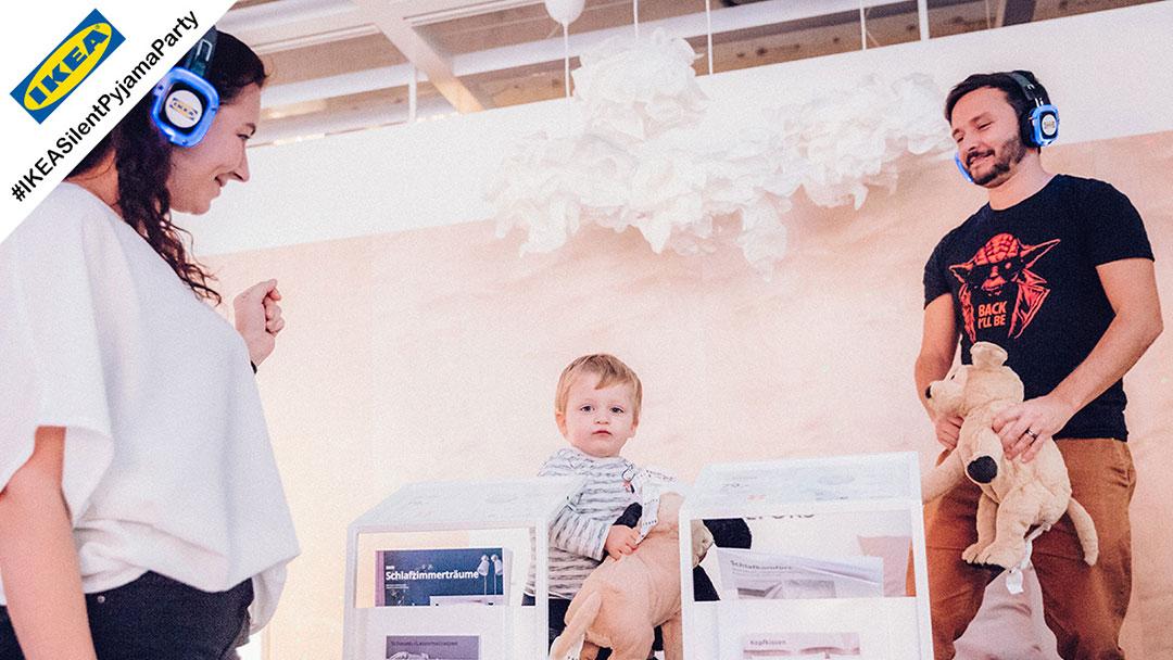 Familie mit kleinem Kinde hat Spaß bei Silent Disco Party bei IKEA