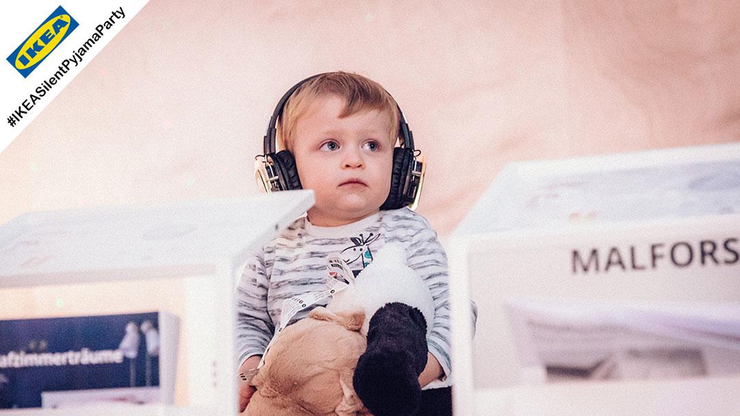 Kleines Kind mit Silent Disco Kopfhörer bei IKEA