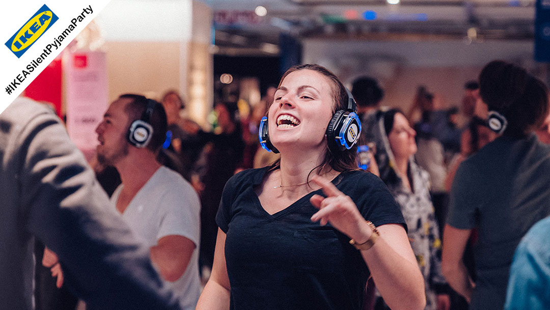 Junge Frau singt bei silent Disco Ikea Party