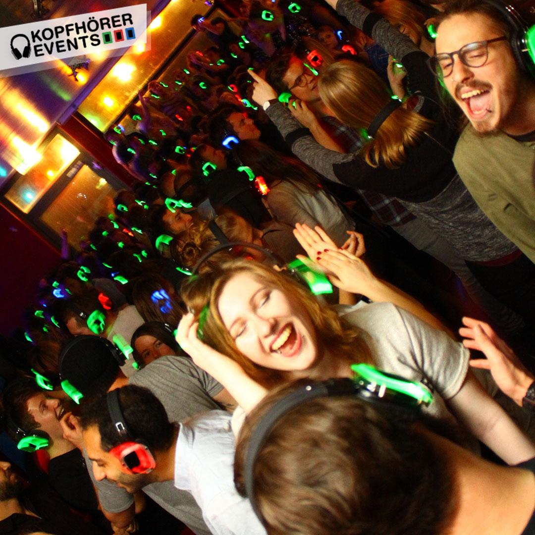 Junge Menschen bei Silent Disco Rooftop Party singen lauthals mit
