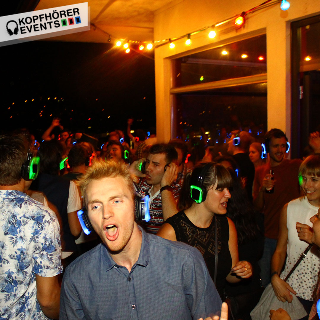 Junge Menschen bei Silent Disco Rooftop Party singen