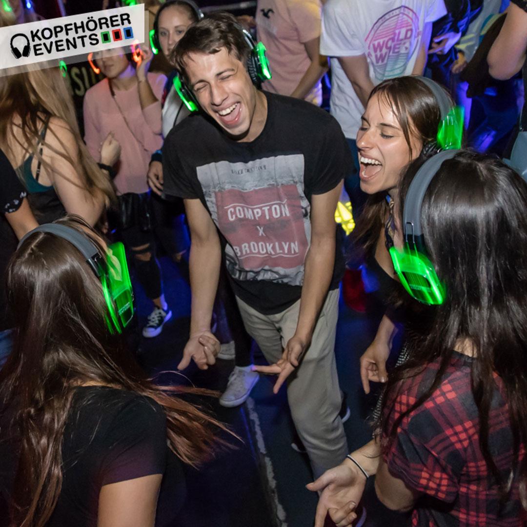 Eine Gruppe Freunde singt auf einer Kopfhörer Party lauthals mit