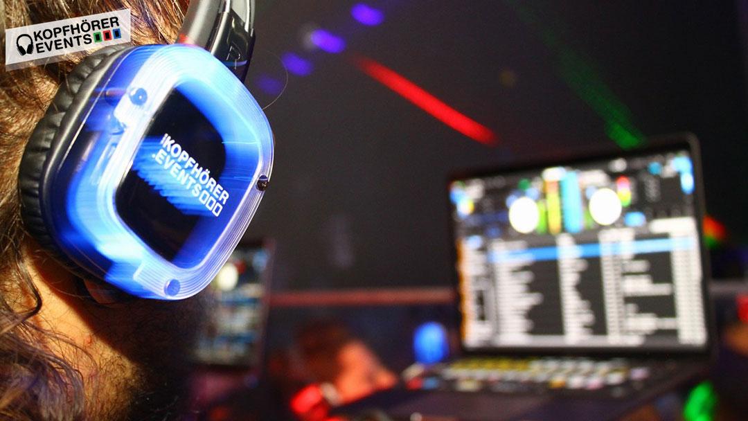 DJ legt auf einer Silent Disco auf