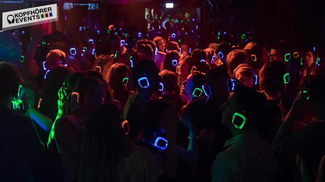 Menschen tanzen auf einer Silent Disco Kopfhörer Party