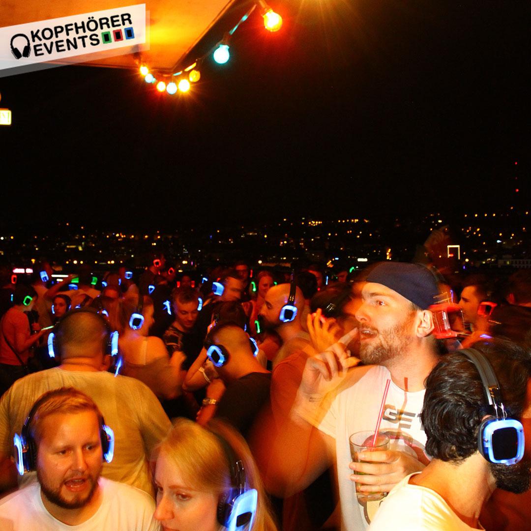 Junge Menschen bei Silent Disco Rooftop Party sind ausgelassen