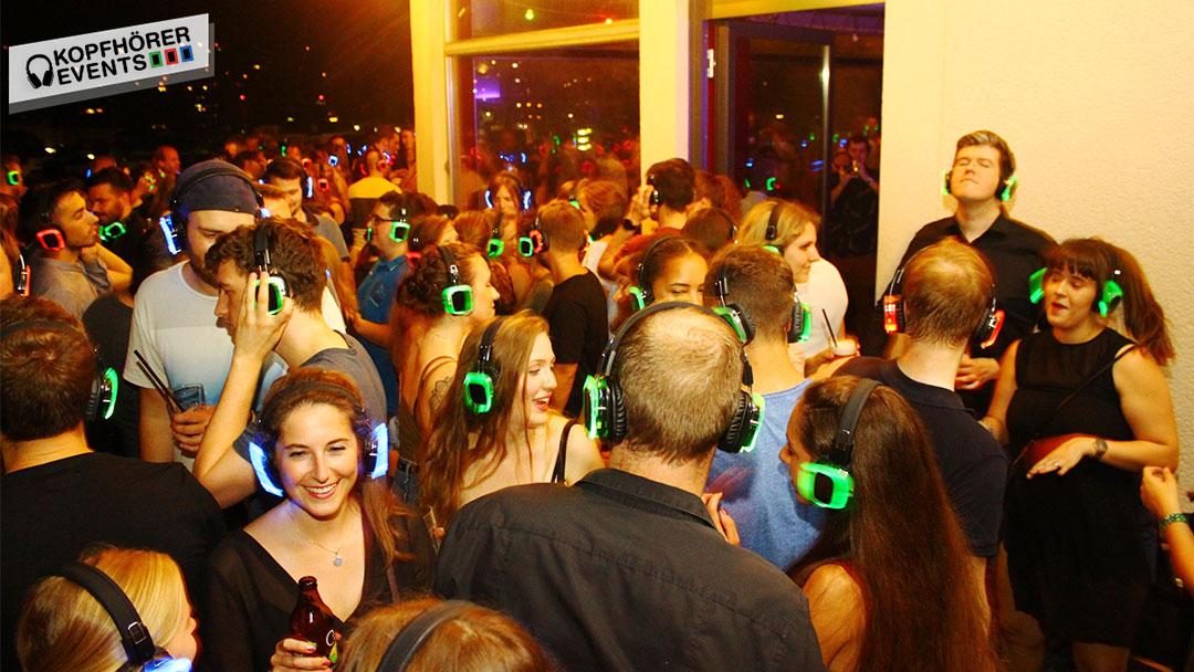 Menschen bei Silent Disco Rooftop Party haben Spass
