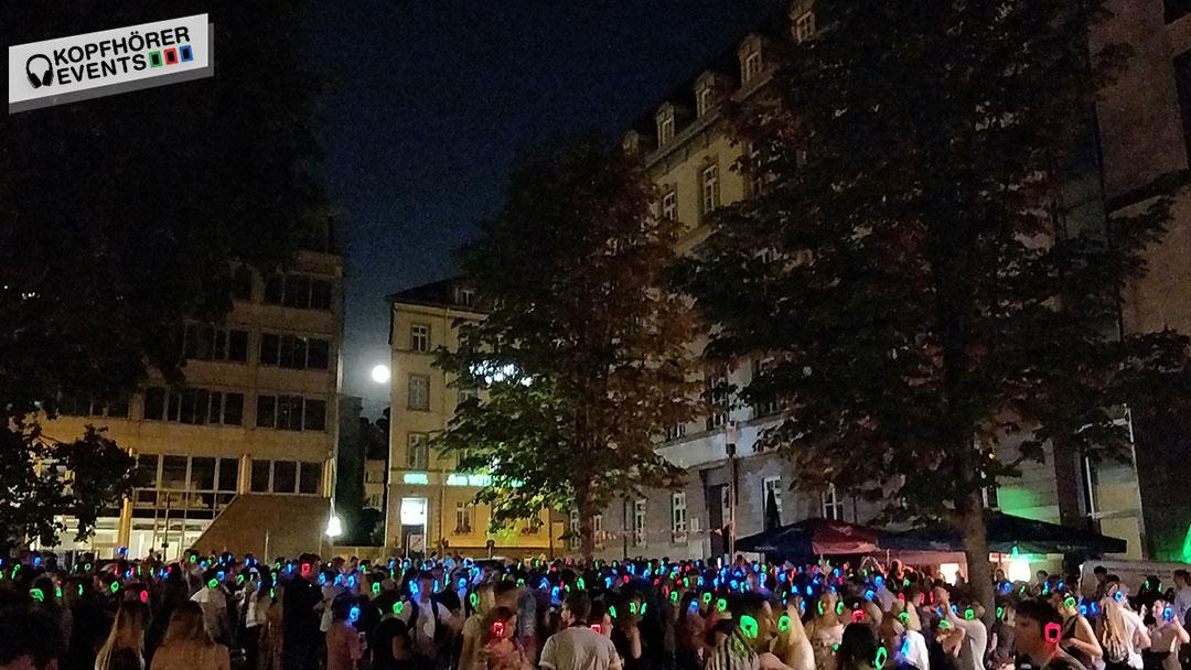 Viele Menschen tanzen bei Silent Disco Open Air in der Stuttgarter Innenstadt