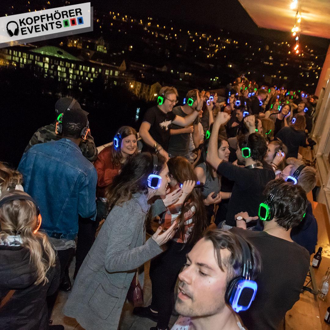 Junge Menschen bei Silent Disco Rooftop Party feiern und haben Spaß