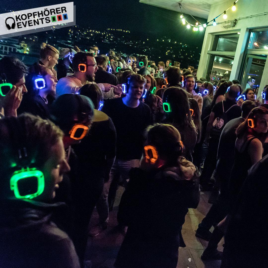 Junge Menschen bei Silent Disco Rooftop Party sind gut drauf