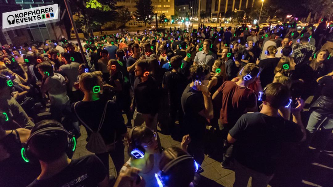 Viele Menschen tanzen und singen bei Kopfhörerparty in Stuttgart