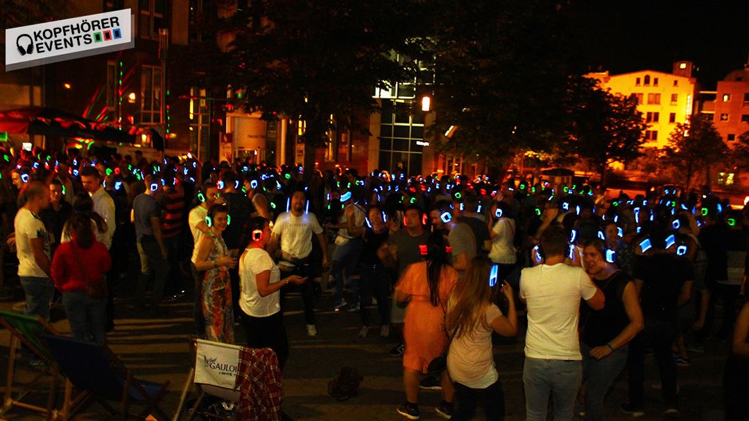Menschen tanzen bei Silent Disco in Stuttgarter Innenstadt