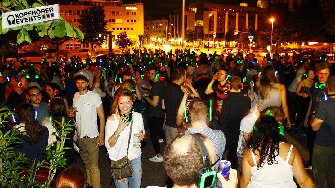 Menschenmenge bei Silent Disco in Stuttgart