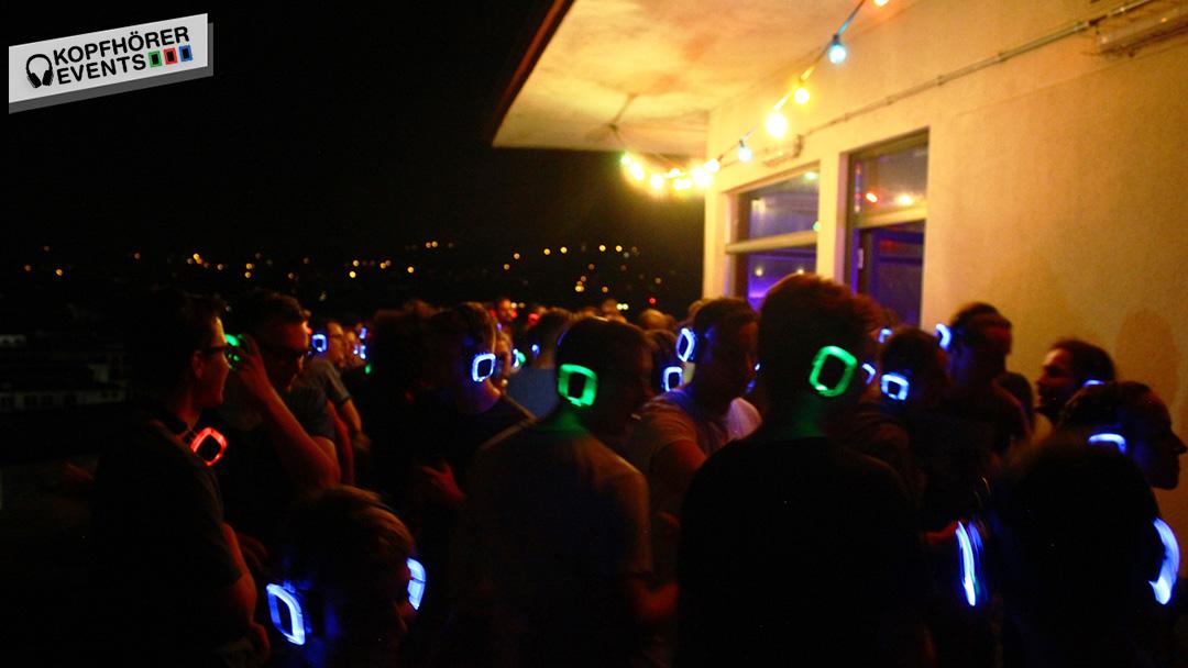 Menschen bei Silent Disco Rooftop Party tanzen