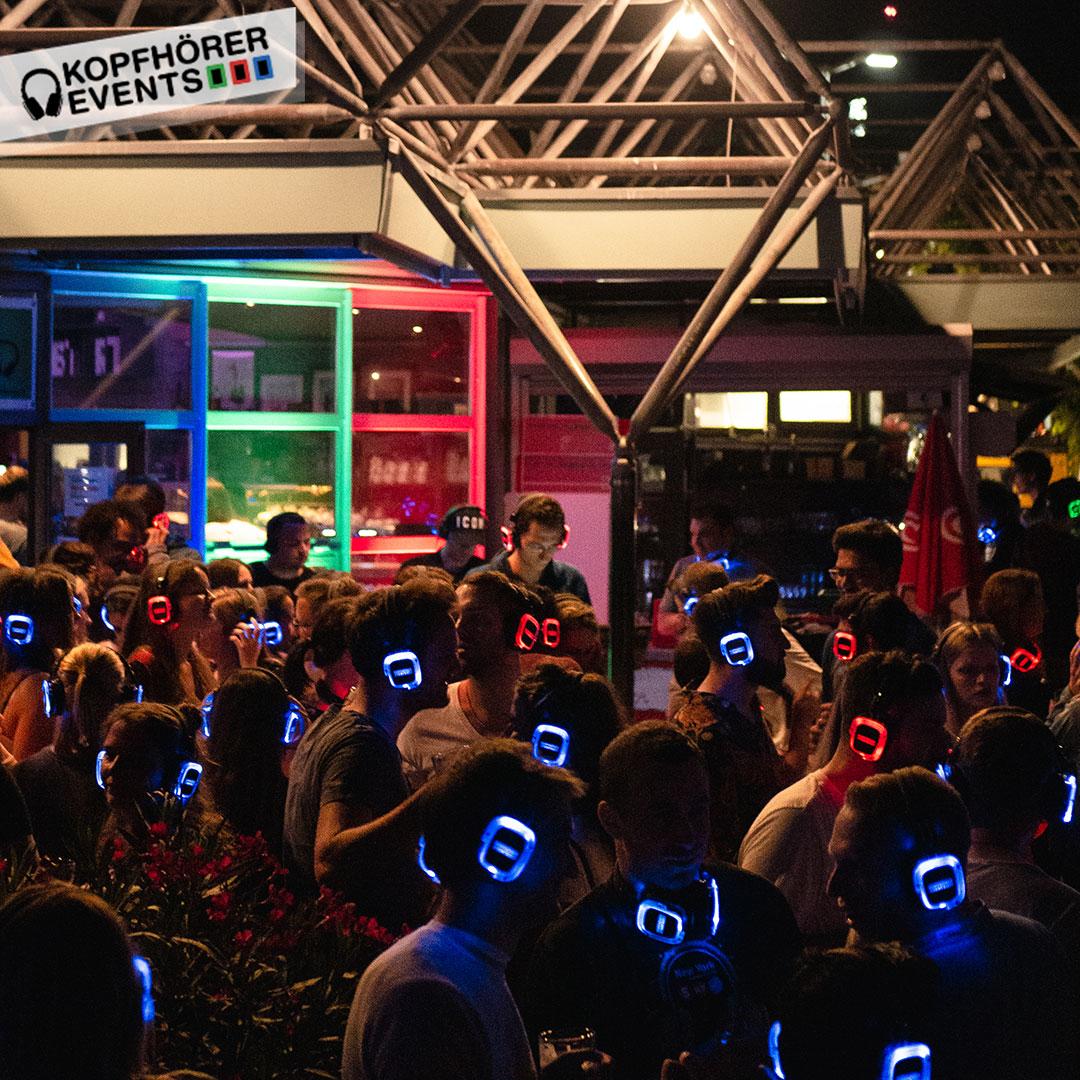 Menschen tanzen bei Silent Disco Open Air