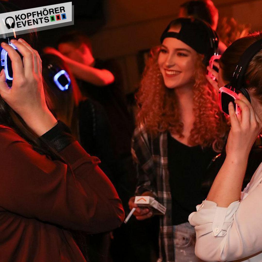 Junge hübsche Mädchen lachen bei Silent Disco Stuttgart