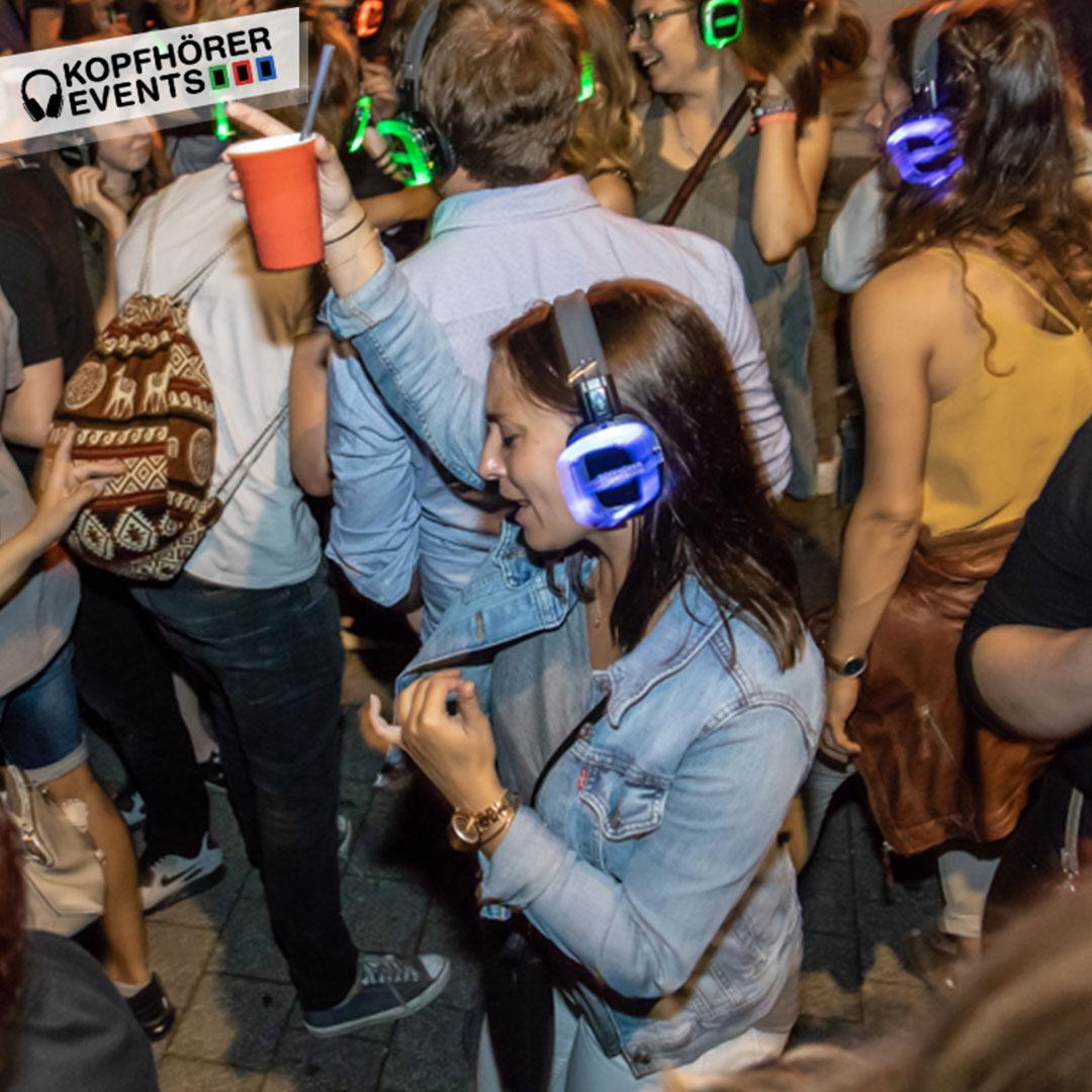 Junge Frau tanzt und singt bei Silent Disco Stuttgart