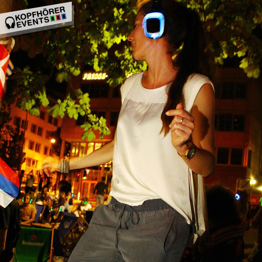Junge Frau tanzt bei Silent Disco Stuttgart