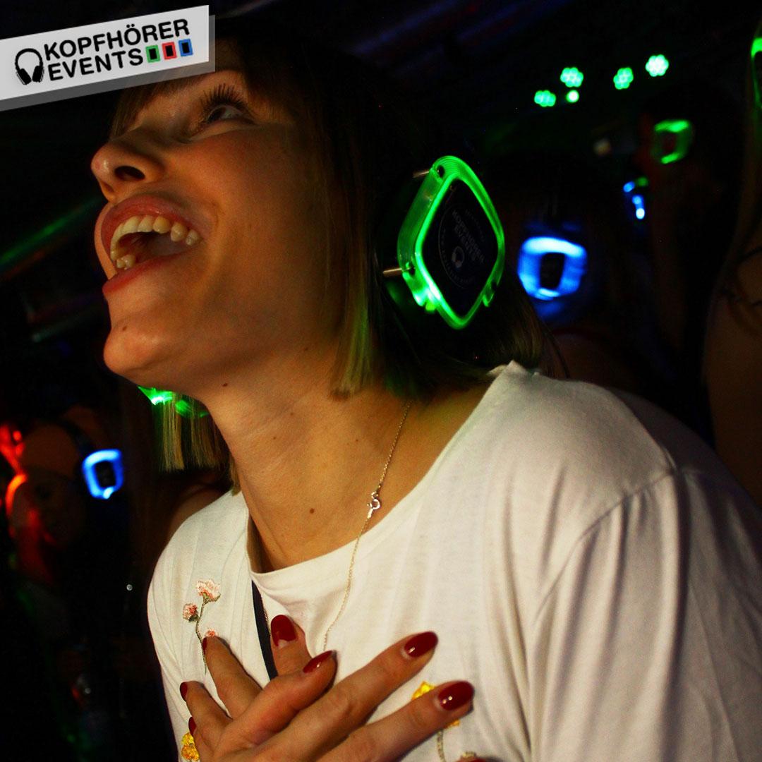 Frau mit Silent Disco Kopfhörer singt voller inbrunst