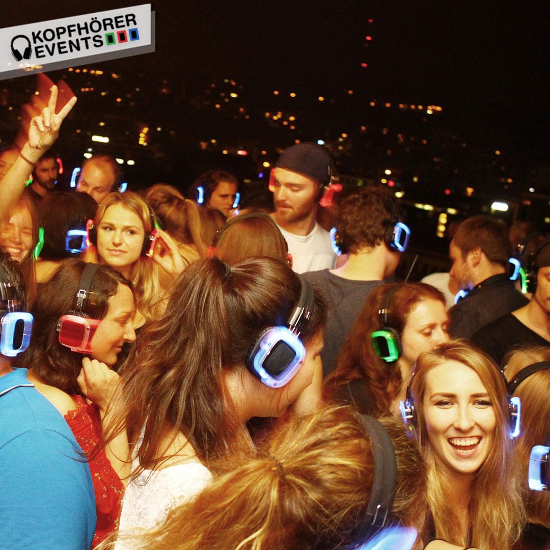 Junge Menschen bei Silent Disco Rooftop Party lachen