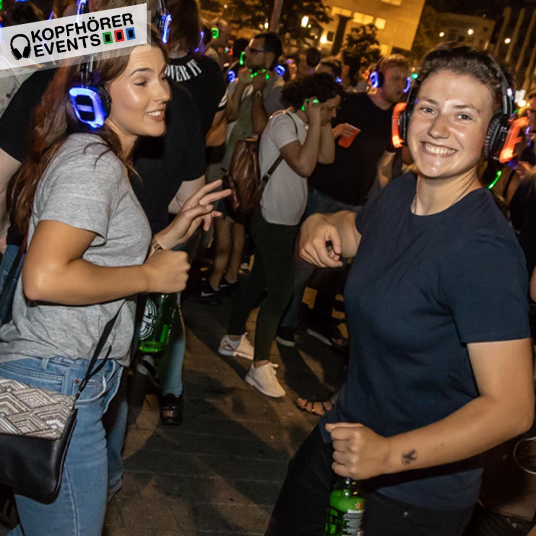 Zwei Frauen haben Spaß bei Silent Disco draußen in Stuttgart