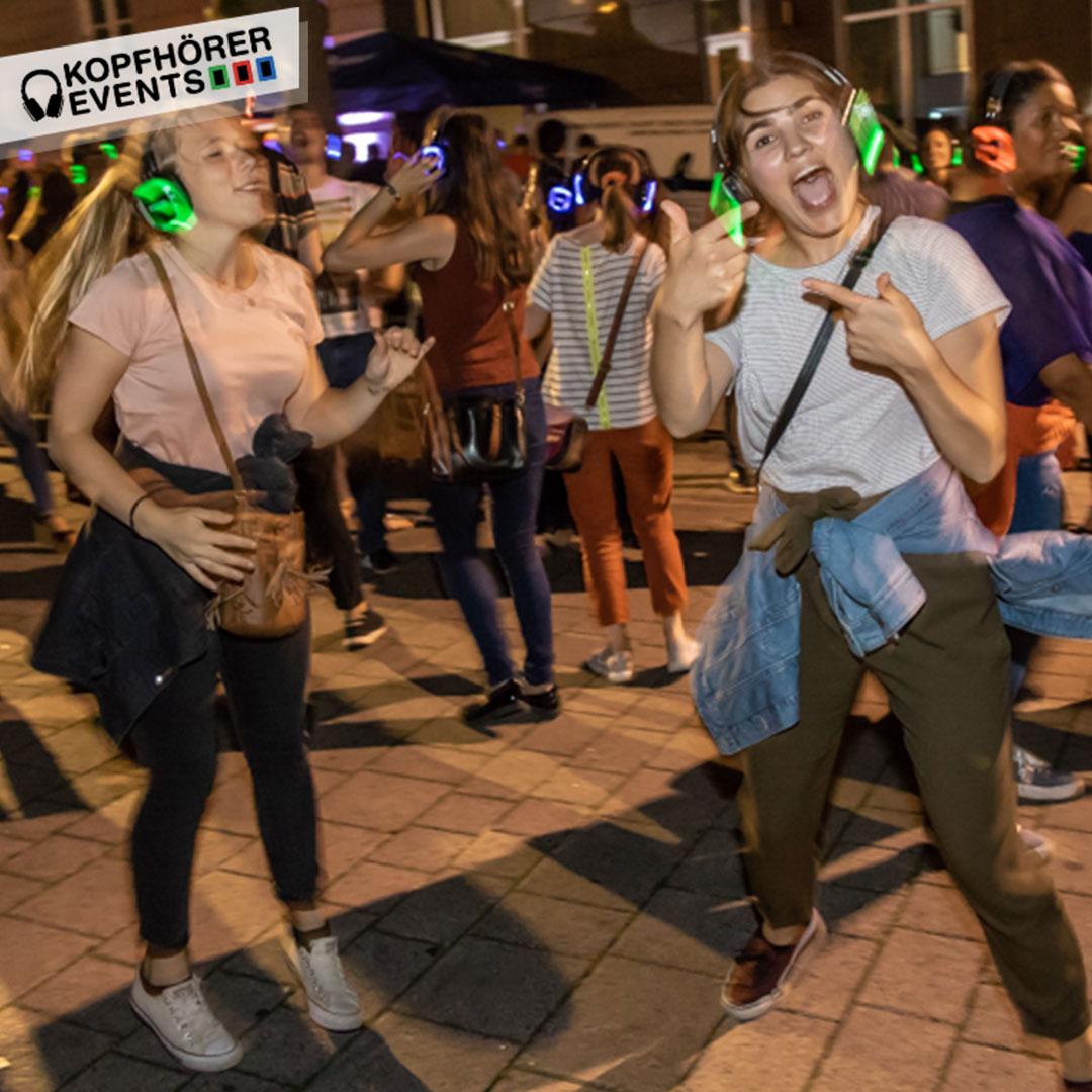 Zwei junge Frauen tanzen bei Silent Disco Open Air in Stuttgart