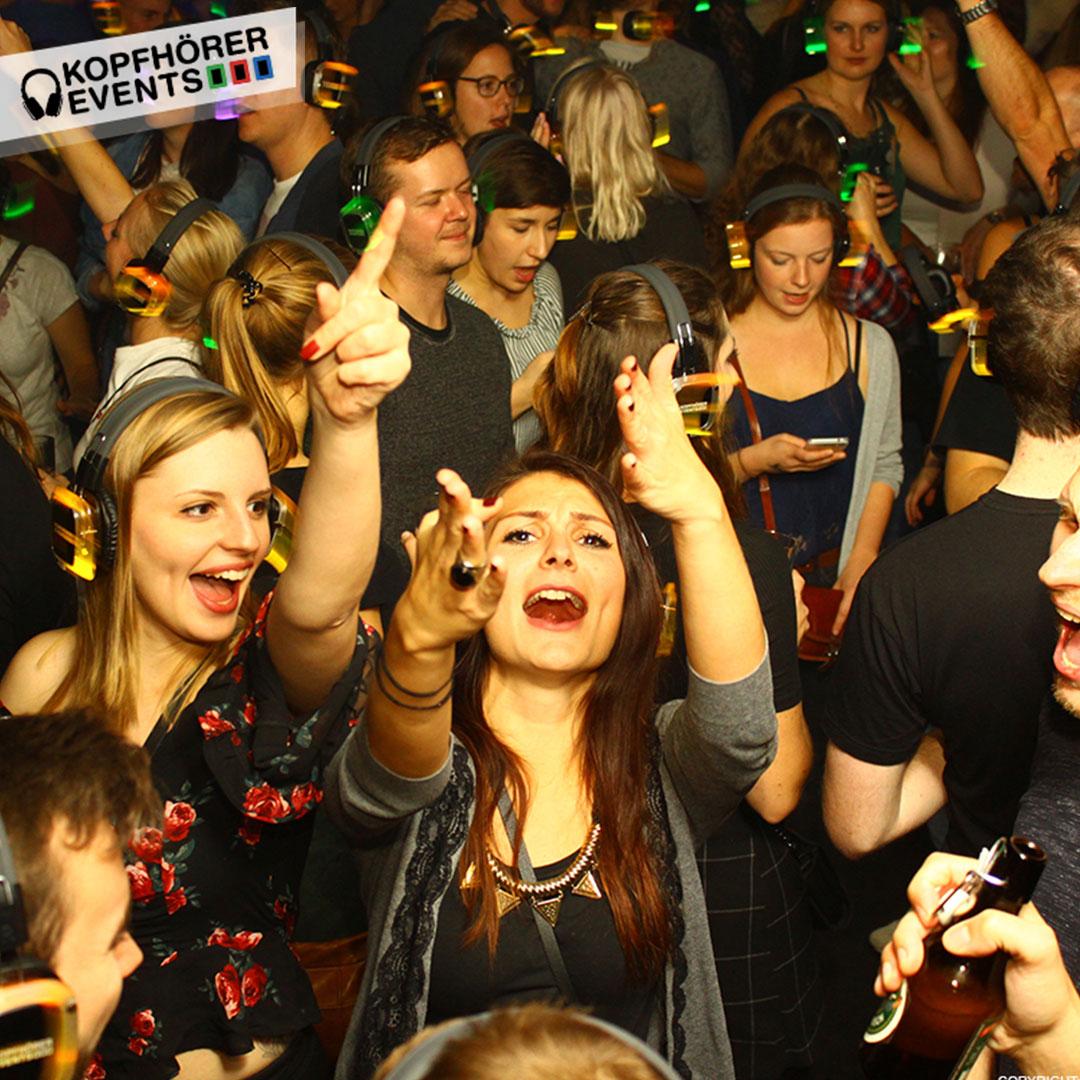Junge Menschen bei Silent Disco singen