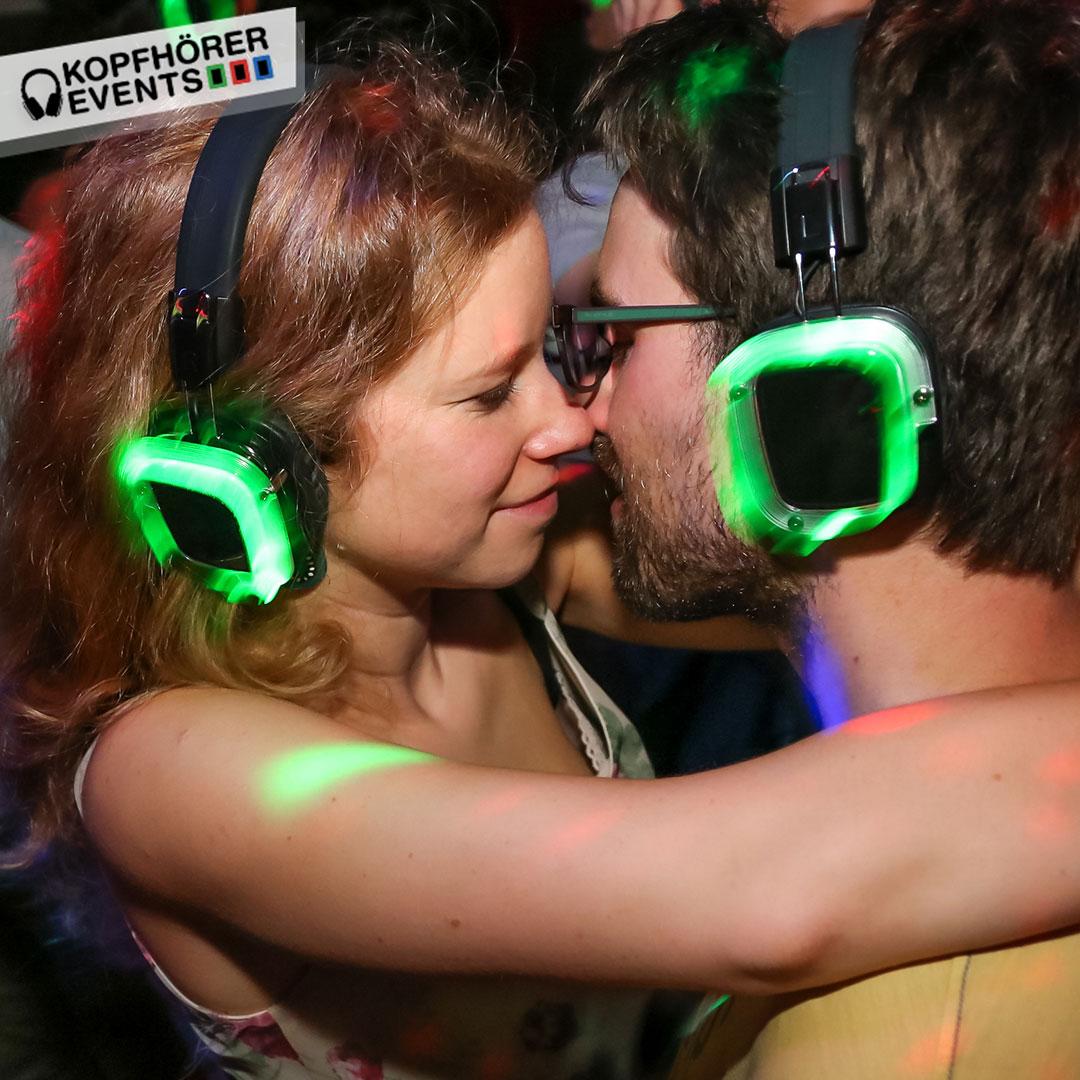 2 Menschen küssen sich auf einer Silent Disco