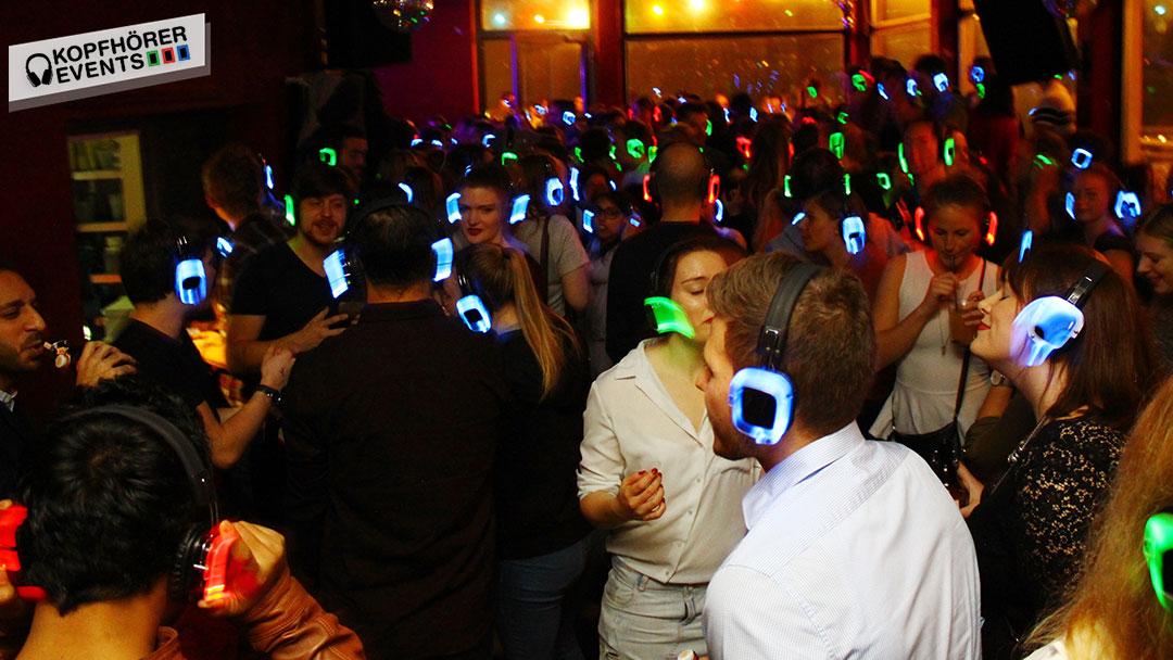 Junge Menschen bei Silent Disco Rooftop Party haben eine gute Zeit