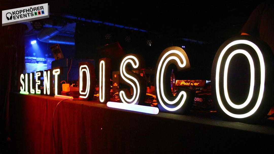Silent Disco Schriftzug auf DJ Pult in Stuttgart