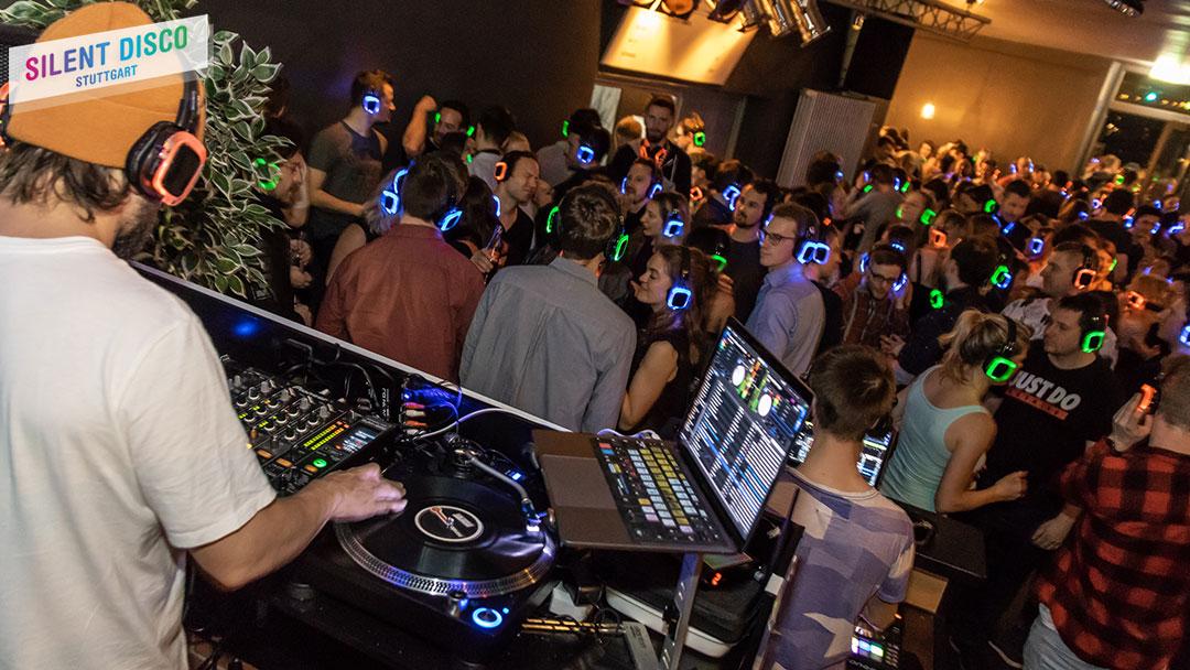 Silent Disco DJ spielt Musik auf Kopfhörer Party